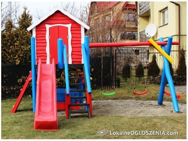 Plac zabaw, domek dla dzieci