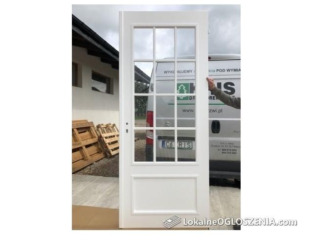 Drzwi wewnętrzne sosnowe białe szprosy szyba francuskie