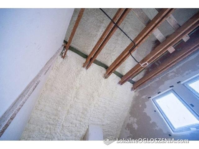 Ocieplenie ocieplanie izolacja pianą piana pianka PUR poddasza dachu