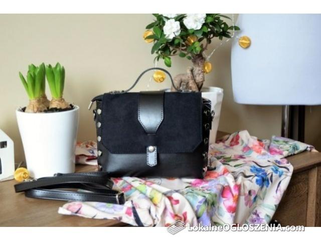Mała damska torebka z paskiem czarna
